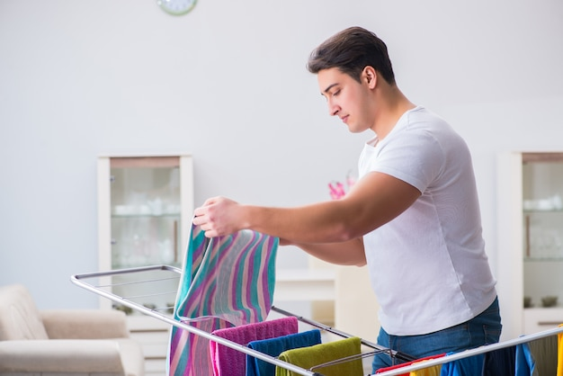 自宅で洗濯をしている男