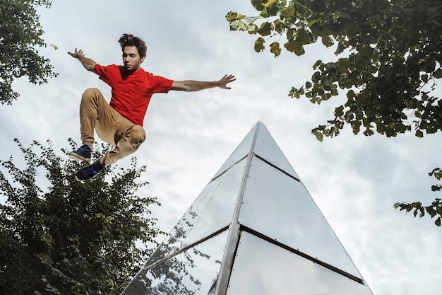 도시에서 파 쿠르를하는 남자. 자유 달리기를 연습하는 선수.