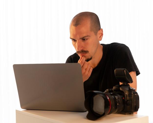 製品写真をやっている男