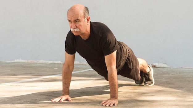 Человек делает упражнения пуш-ап