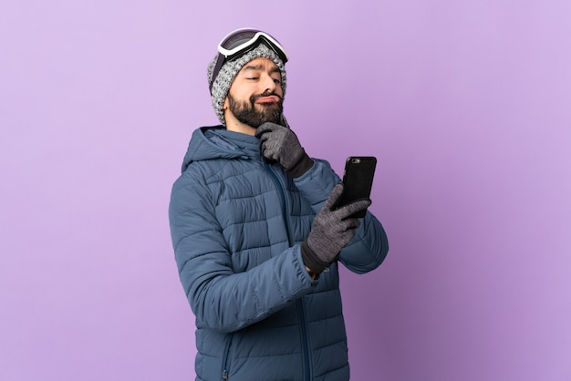 Человек делает сноуборд на изолированном фоне Premium Фотографии