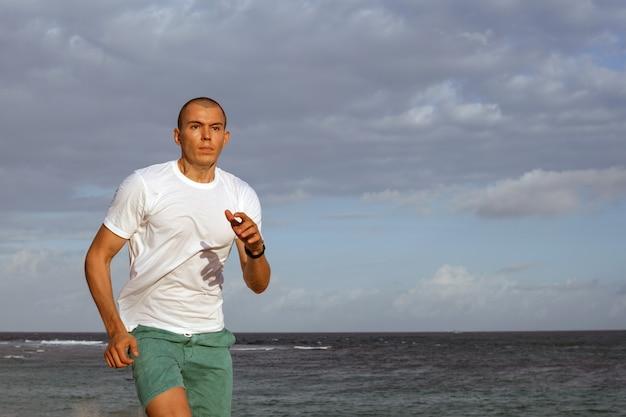 Uomo che fa sport sulla spiaggia. bali