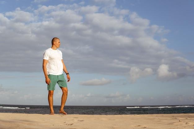 Человек занимается спортом на пляже. бали
