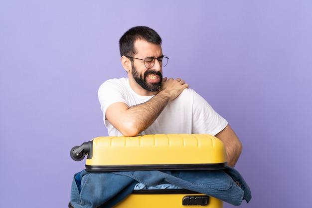 Человек делает чемодан над изолированной стеной
