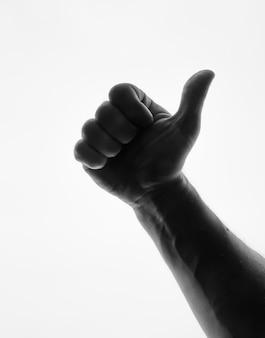 Человек делает большой палец вверх - черный и белый силуэт изолированы.