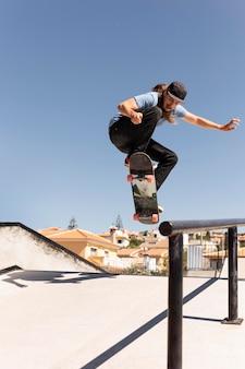 Человек делает трюки на скейтборде