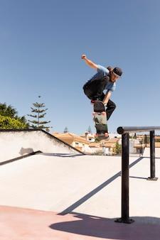 Человек делает трюки со скейтбордом