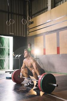 Человек делает тяжелую атлетику