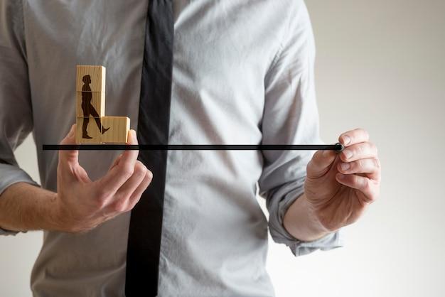 ビジネスマンのシルエットのマーカーペンで線を引く男。