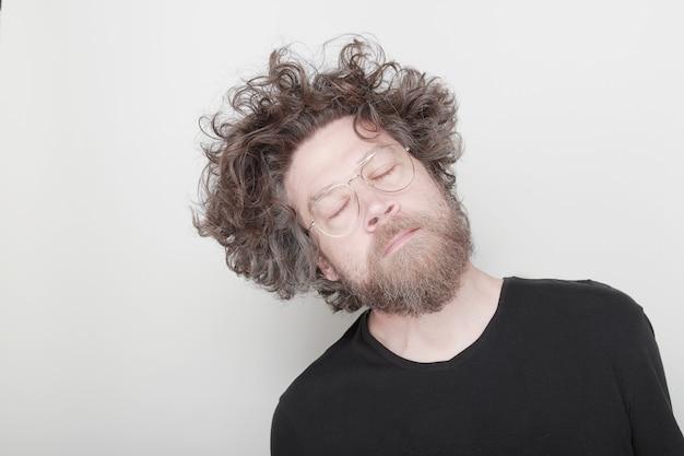 Человек мечтает с закрытыми глазами и длинными волосами на белом