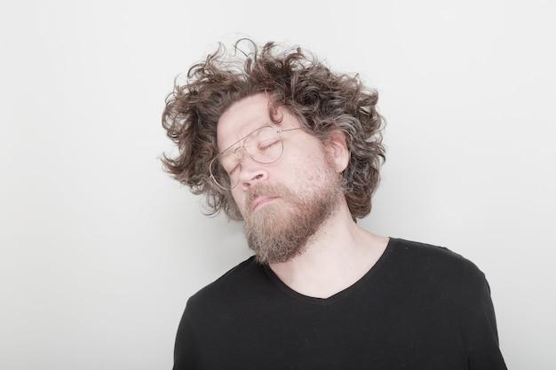 Человек мечтает с закрытыми глазами и длинными волосами