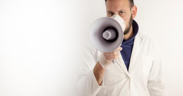 Человек, одетый как доктор, выступая на мегафоне
