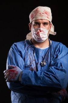 Человек одет как причудливый доктор, смотрящий в камеру на хэллоуин. врач с психическим расстройством.