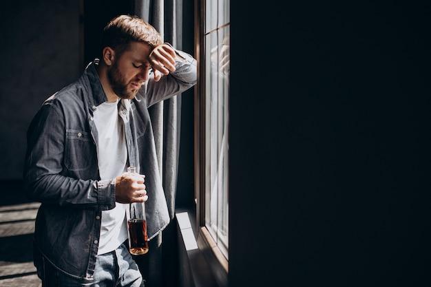 Человек пьющий в депрессии с бутылкой виски