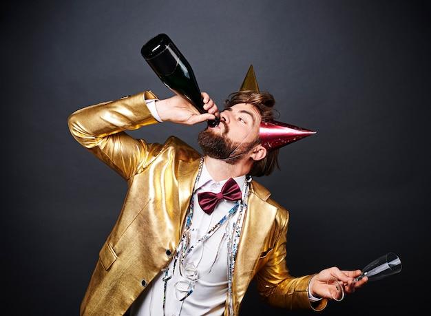 Мужчина пьет много алкоголя