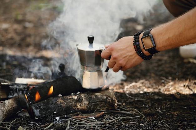 森でコーヒーを飲む人