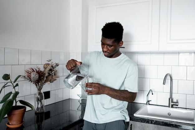 Человек пьет воду средний выстрел