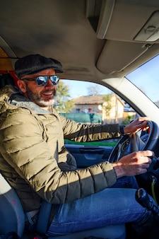 サングラスで車を運転する男