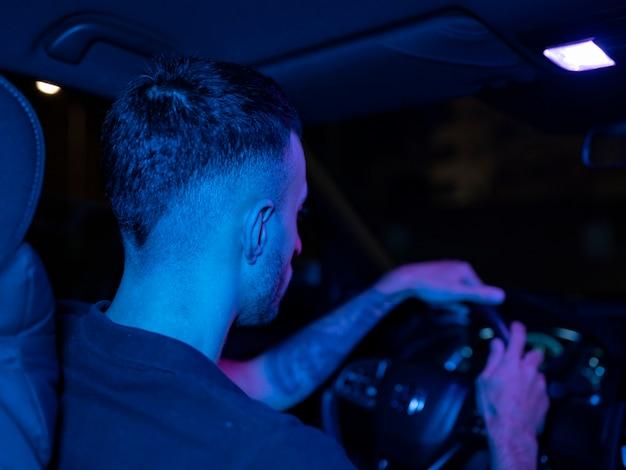 Человек за рулем ночью, машина, дорога