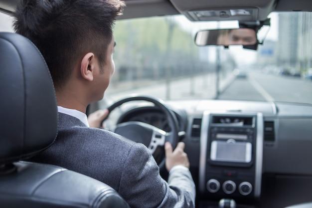 네비게이션 시스템으로 차를 운전하는 남자