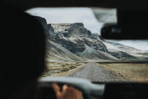 아이슬란드의 비포장 도로에서 운전하는 남자
