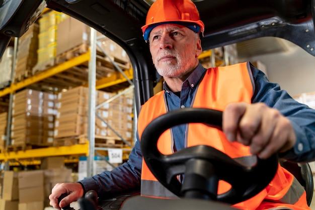 倉庫積載機を運転する男