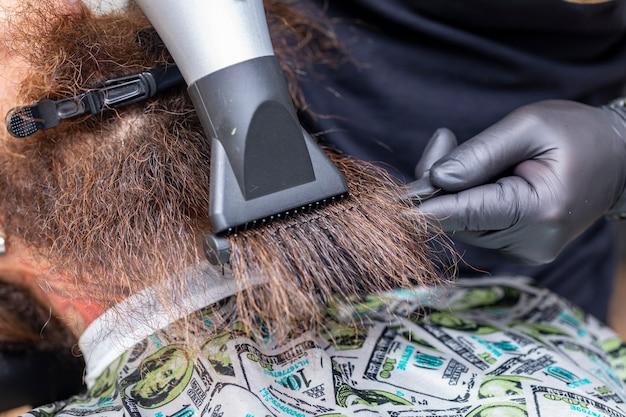 床屋で髭を乾かす男。