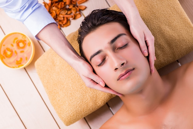 Человек во время сеанса массажа в спа салоне