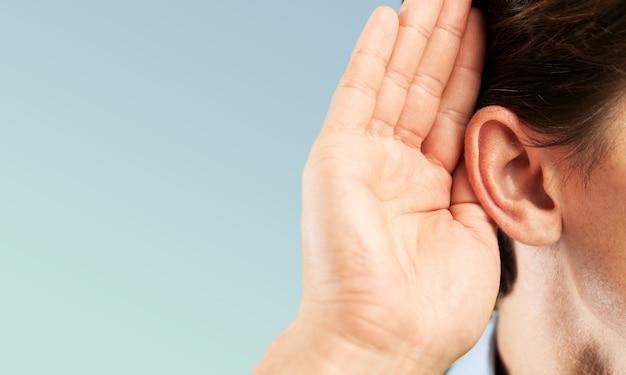 男の耳のリスニング、コピースペースの背景