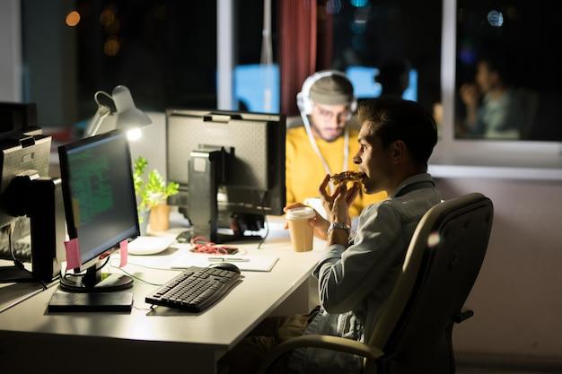 Человек ест на рабочем месте