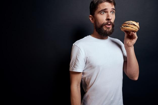 ハンバーガーファーストフードレストランを食べる男