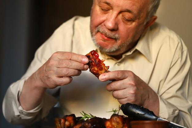 おいしい豚カルビを食べる人