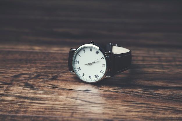 木製のテーブルに男のエレガントな時計