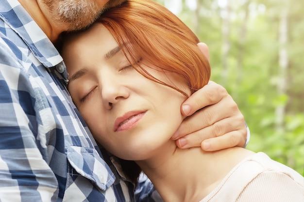 男は彼の最愛の女性を抱きしめます