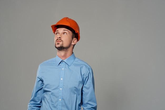 男エンジニアプロフェッショナルジョブ明るい背景。高品質の写真
