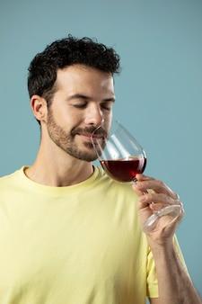 레드 와인 한 잔을 즐기는 남자