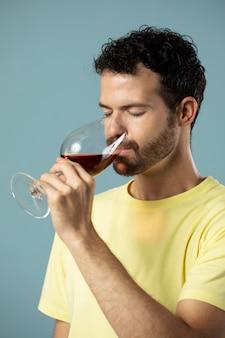 레드 와인 한 잔을 즐기는 남자 무료 사진