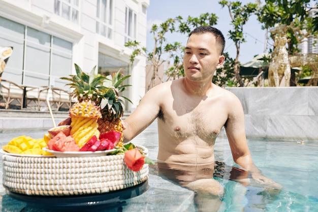 水泳の後果物を楽しむ人