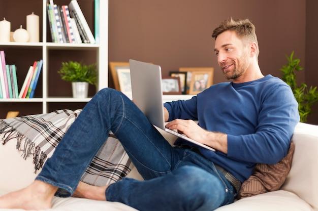Uomo che gode della tecnologia moderna a casa