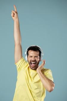 헤드폰에서 음악을 즐기는 남자