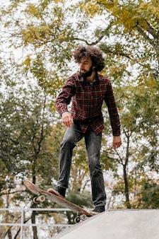 公園でスケートボードを楽しんでいる男