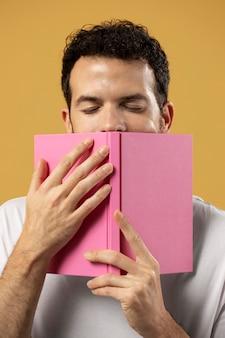 Uomo che si gode l'odore di un libro