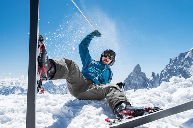 雪のスキーを楽しむ人