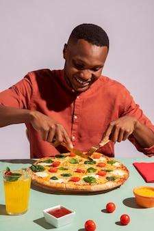 맛있는 이탈리아 음식을 즐기는 남자