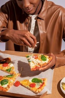 Uomo che si gode del delizioso cibo italiano?