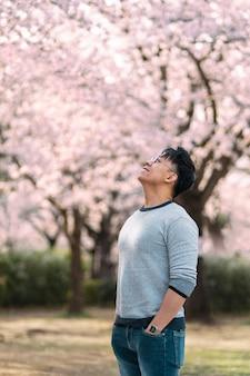 Человек, наслаждаясь природой на открытом воздухе