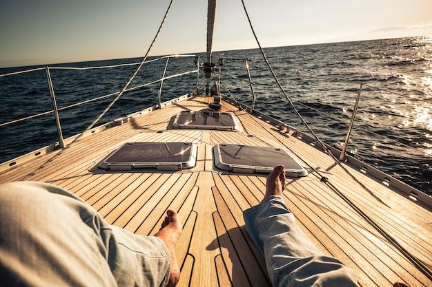 美しい木製のヨットで旅行を楽しんでいる男