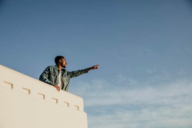 グリフィス天文台、アメリカからロサンゼルスの街の景色を楽しむ男