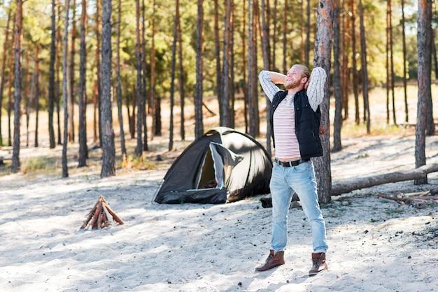 荒野を楽しむ男