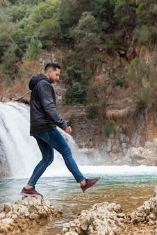 Uomo che gode del tempo nella natura